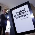 Világ körüli útra indul a jókívánságokat gyűjtő óriás Steve Jobs könyv