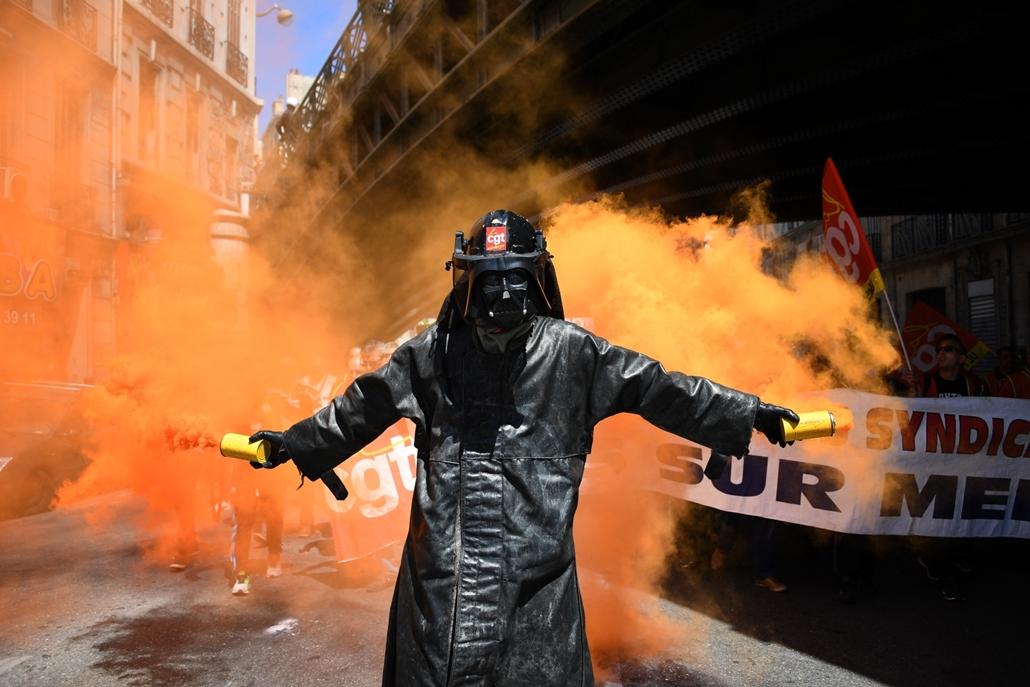 afp.19.06.02. - Párizs: Darth Vader maszkos tüntető könnygázgránátok füstjében a francia munkajogi reform ellen szervezett és zavargásba torkollt tiltakozáson Párizsban 2016. május 26-án. Franciaországban az elmúlt két hónapban rendszeressé váltak a kormá