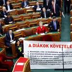 Fotó: így jutott be mégis a diákok követelése a parlamentbe