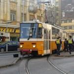 Mentővel karambolozott egy villamos a Margit körúton – fotók