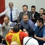 Tüntetők törtek be a macedón parlamentbe, több képviselő megsérült