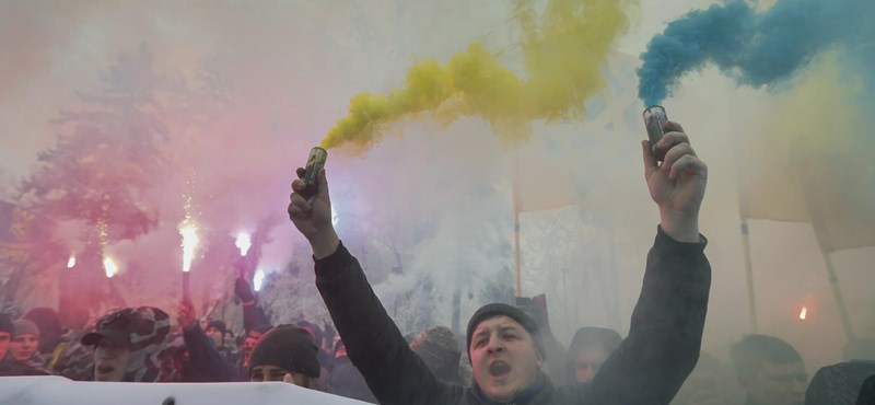 Megvolt az első tüntetés az új ukrán elnök ellen, Zelenszkijt kapitulációval vádolták