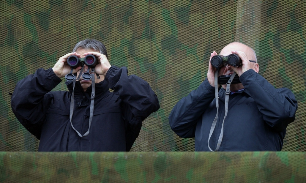 afp. hét képei - Budapest, Magyarország, 2014.10.02. Orbán Viktor, Hende Csaba - Hungarian Prime Minister Viktor Orban (L) and Defence Minister Csaba Hende (R) look through binoculars during a joint Hungarian-US military exercise near Osku village, Hungar