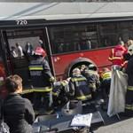 Így mentették a tűzoltók a troli alá szorult biciklist – videó