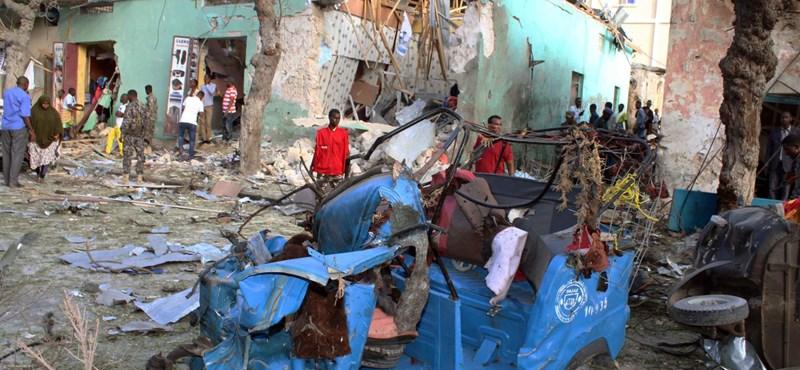 Pokolgép robbant egy szálloda közelében Szomáliában, 14 halott