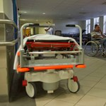 Népszava: Bércsökkentéssel sújthatja a kormány az eladósodott kórházak vezetőit
