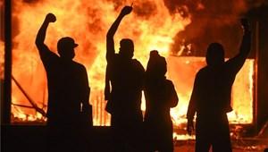 Megdöbbentő fotók a lángokban álló minneapolisi utcákról