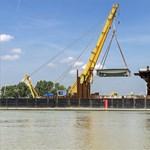 Formálódik az új Duna-híd, helyükre kerületek az első pályaelemek – fotók