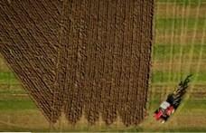 Traktorral fogalmazta meg gondolatait a Brexitről egy brit gazda