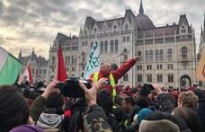 Videó: Így teperték le a rendőrök Komjáthi Imrét, miközben a tüntetők betörtek a térre
