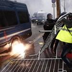 Macronék a sárgamellényesekkel egyeztetnének a benzinárról