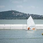 Így kell felborítani egy vízibiciklit – öt embert mentettek ki Alsóörsnél