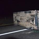 Fékhiba miatt borult árokba az autókat szállító teherautó