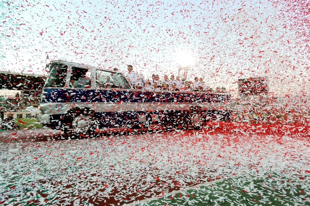 Nemzetiszínű konfetti hull a sportolókat szállító nyitott tetejű Ikarus 630 típusú veterán busz előtt, a londoni olimpiát megjárt magyar olimpikonok köszöntésén a Gyulai István Memorial Atlétikai Magyar Nagydíjon a Puskás Ferenc Stadionban 2012. augusztus