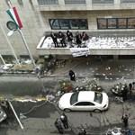 Tüntetők másztak a NAV épületére – videó