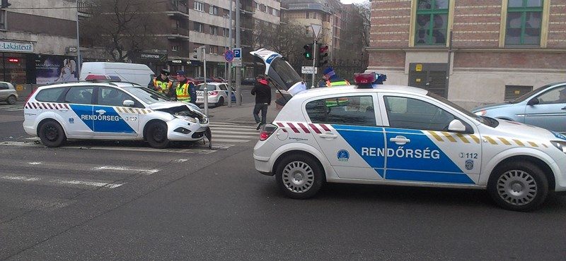 Rendőrautó karambolozott a Kolosy téren