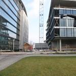 Videó: átlátszó banképület takarja a Nemzeti Színházat