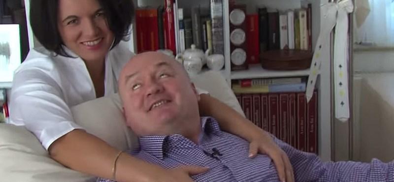 Hende Csaba szerelmes és masszírozzák a mellkasát – videó