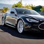 Halálos balesetet szenvedett egy Tesla-sofőr, akinél be volt kapcsolva az önvezető mód