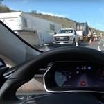 Lenyűgöző: erre képes most az önvezető módba kapcsolt Tesla – videó