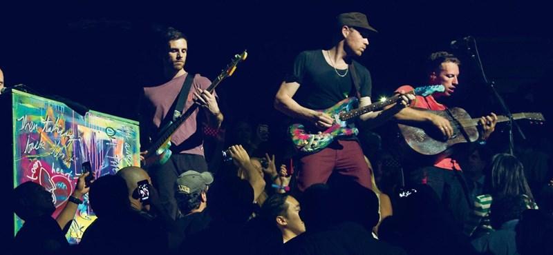 Először és utoljára adott elő egy dalt a Coldplay, amit Houstonnak küldtek