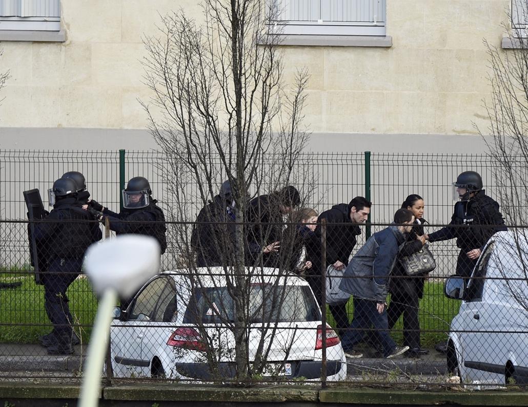 afp. Saint-Mandé, kóser bolt, Párizs - lövöldözés Párizsban, Párizsi vérengzés, Charlie Hebdo, túszejtés, túszdráma, Dammartin-en-Goele, 2014.01.09Saint-Mandé : French police special forces evacuate local residents on January 9, 2015 in Saint-Mande, near