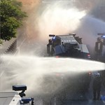 G20-csúcs: Vízágyúval mentek neki a rendőrök a tüntetőknek – fotók