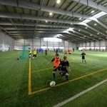 Már műfüves edzőpályája is van a debreceni fociakadémiának, 906 millióért