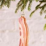 Ilyen nincs, és mégis van: itt a csillogó, bacon alakú karácsonyfadísz