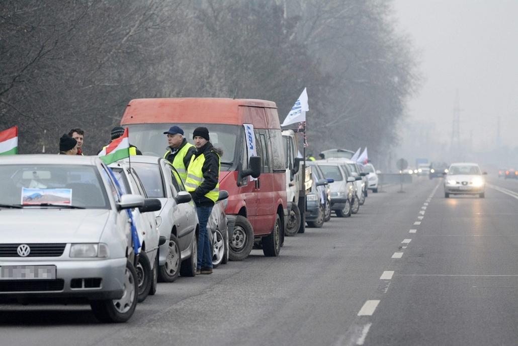 mti. Útlezárások, Szolnok 2014.12.15. A Liga Szakszervezetek forgalomlassító demonstrációja a 4-es főúton, Szolnok határában 2014. december 15-én.