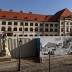 Letakart freskók Orbán új munkahelyén: az UNESCO-hoz fordul a DK