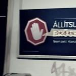 Fotók: Elkezdte átírni a nép a kormány piros kezes plakátjait