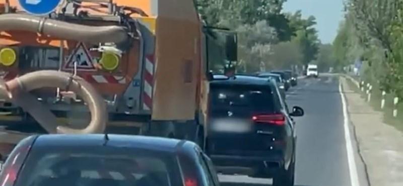 Sértődött autós leckéztette hosszasan a Magyar Közút munkagépét – videó