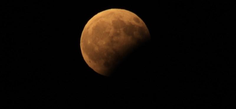 Tíz tuti dal a holdfogyatkozáshoz