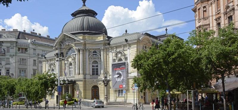 Még hogy nincs kultúrharc: emberek küzdenek a körúton színházjegyekért