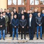 Orbán a fiával ment öregdiákbulira, Mészáros Lőrinccel találkoztak – fotó