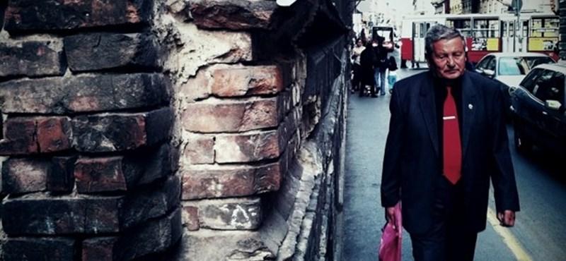 Budapest utcafotó: vörös nyakkendős október