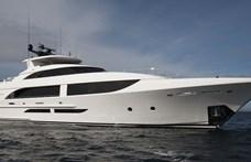 Beszáguldott a kikötőbe a 24 millió dolláros jacht, kicsit átrendezte a többi hajót – videó