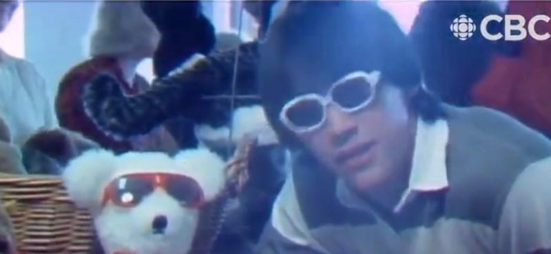 Előkerült egy videó, amelyen az ifjú Keanu Reeves egy plüssmacifesztiválról tudósít
