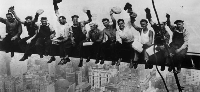 Sosem látott kép került elő a felhőkarcolón ebédelő munkásokról