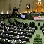 Halál Amerikára – skandálják az USA-zászlót égető iráni politikusok