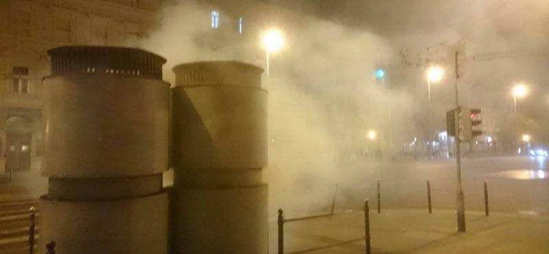 Mi történt már megint a metróval? Dőlt a füst a föld alól az Arany János utcánál (fotók)