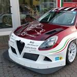Extrém széles versenyautót faragtak az Alfa Romeo Giuliettából