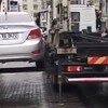 A nap videója: így lehet fél perc alatt eltávolítani egy tilosban parkoló autót