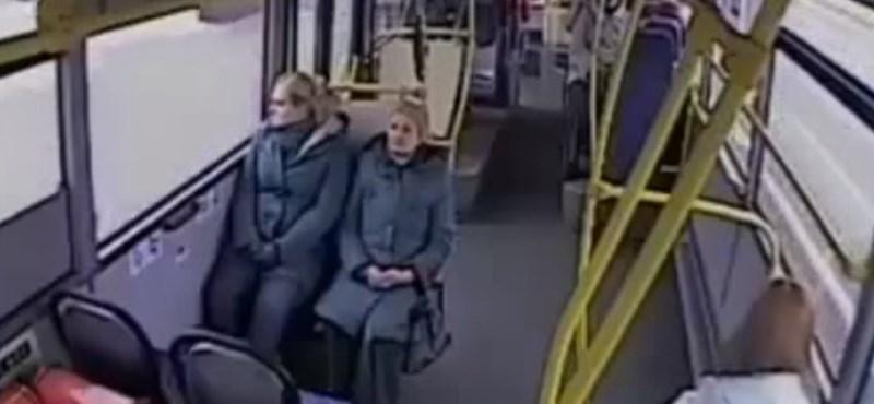 Fotó: Kitört ablakkal közlekedett a 2-es busz