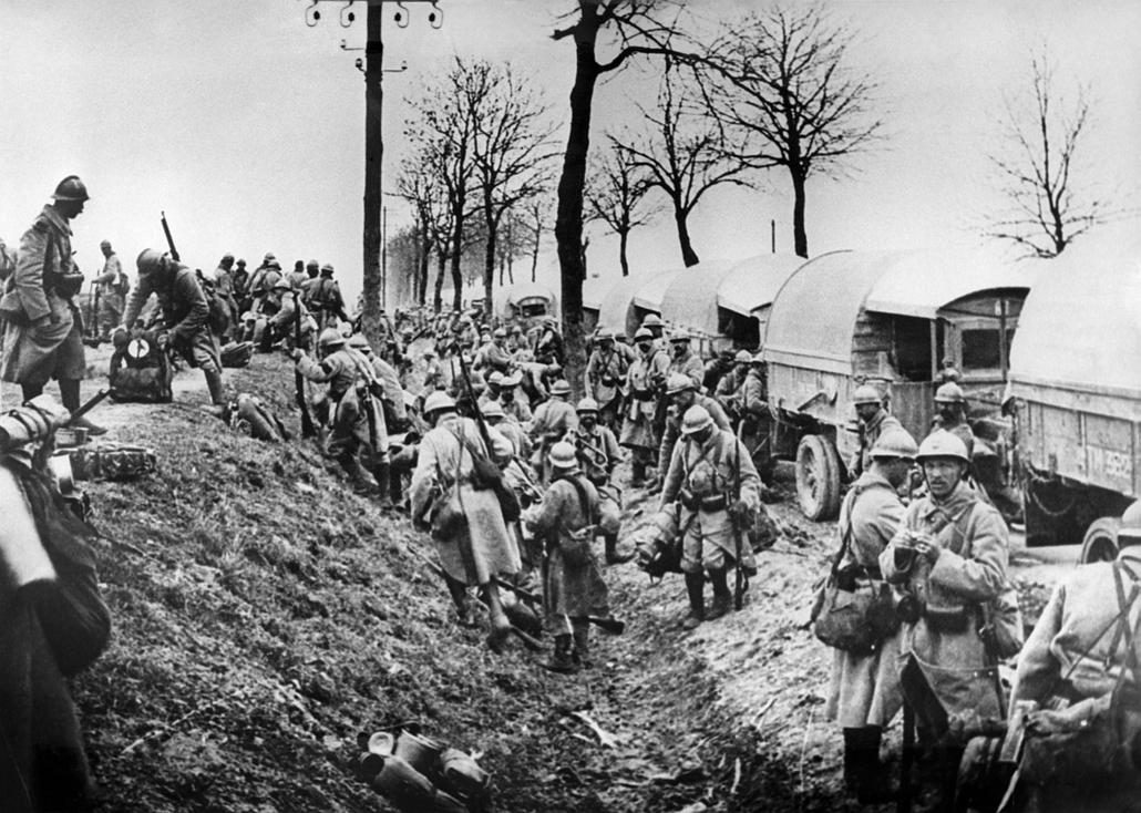 afp.1916.- Francia katonák pakolnak ki teherautóikból a harctéren. - 1916. február 21. - Verduni csata - yyyyy