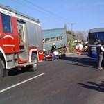 Fotók: Menetrend szerinti busz és kamion ütközött Kiskunfélegyházánál