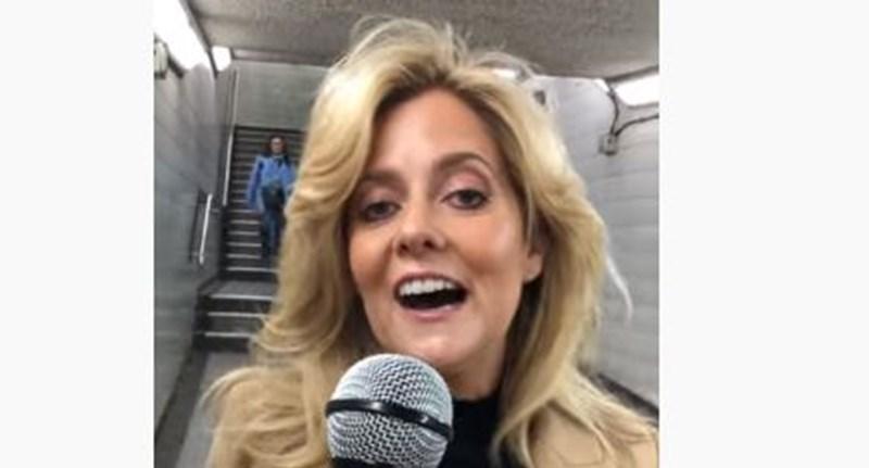 Mikrofont dugtak egy nő elé Londonban, és olyat énekelt, hogy felrobbantotta a netet