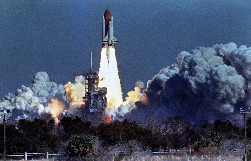 afp. Challenger-katasztrófa 1986.01.28. A Challenger elhagyja a tornyot.US space shuttle Challenger lifts off 28 January 1986 from a launch pad at Kennedy Space Center, 72 seconds before its explosion killing it crew of seven. Challenger was 72 seconds in