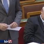 Elbóbiskolt a parlamentben Fónagy János, amíg mellette az inárcsi gyilkosságról beszéltek – videó
